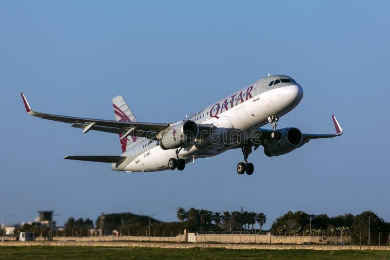 Katar A320 fliegt für einen 5-stündigen Flug nach Doha ab lizenzfreie stockfotos