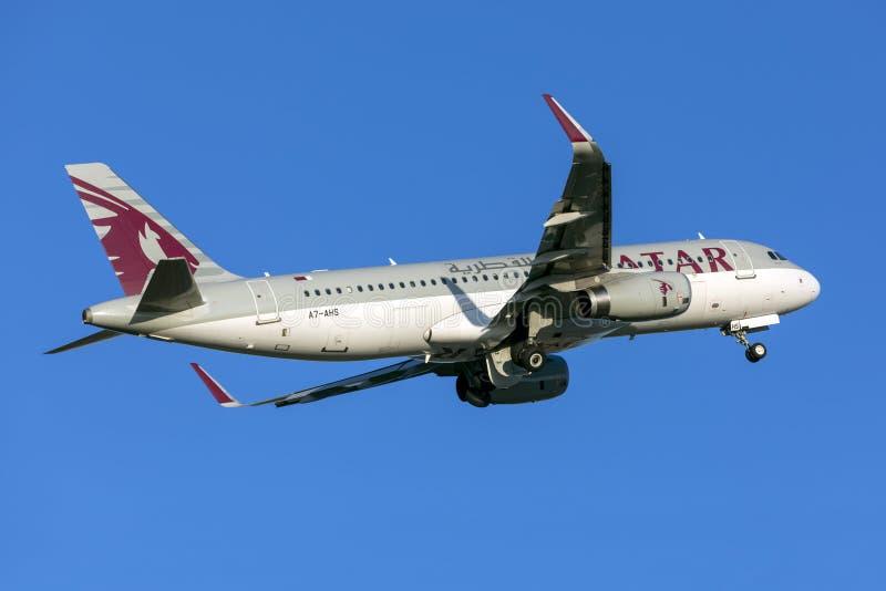 Katar A320 fliegt für einen 5-stündigen Flug nach Doha ab stockbilder