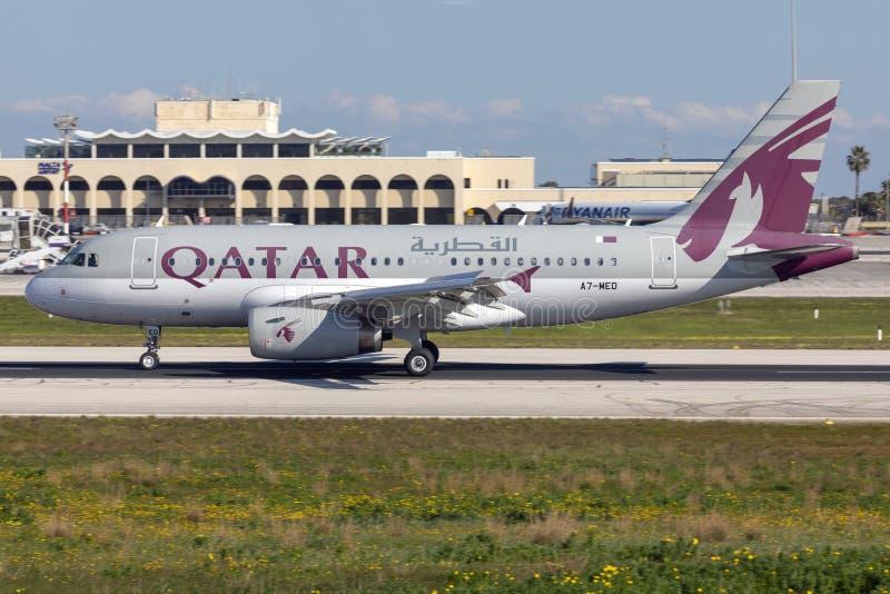 Katar A320 Rolling nach Landung lizenzfreie stockbilder