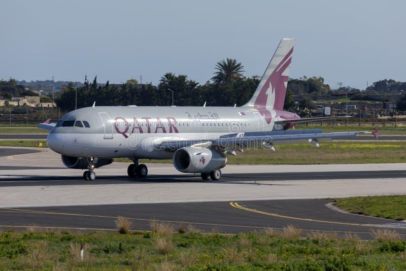 Katar A320 Rolling nach Landung lizenzfreies stockbild