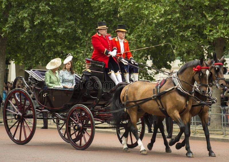 Kate, δούκισσα του Καίμπριτζ, σε μια ανοικτή μεταφορά στοκ φωτογραφίες