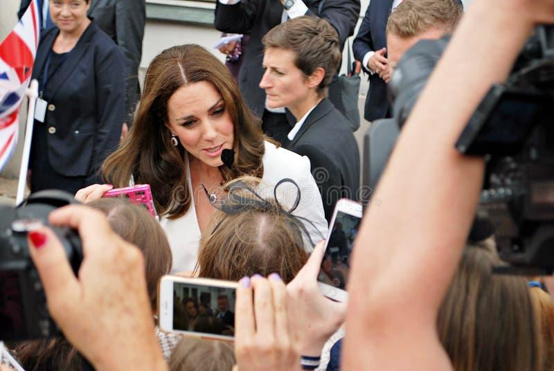 Kate Middleton bland folkmassorna i Warszawa royaltyfri fotografi