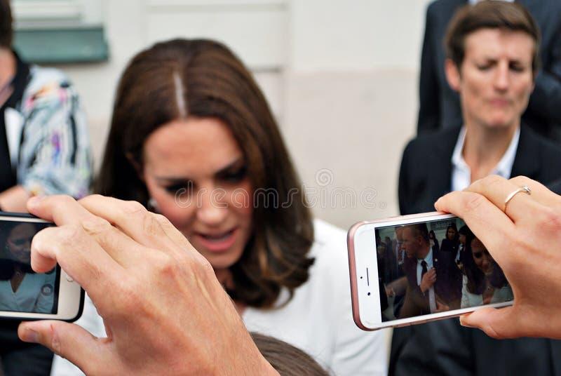 Kate Middleton bland folkmassorna i Warszawa royaltyfri bild