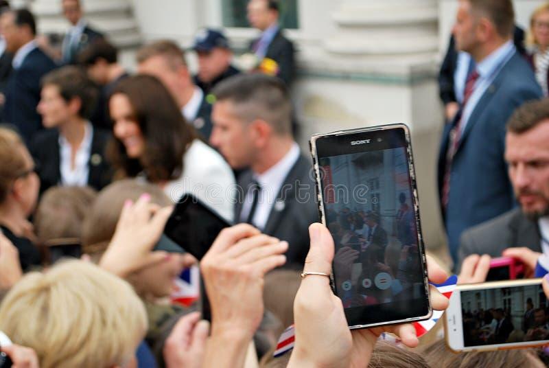 Kate Middleton bland folkmassorna i Warszawa royaltyfria foton