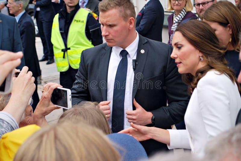 Kate Middleton fra le folle a Varsavia fotografie stock