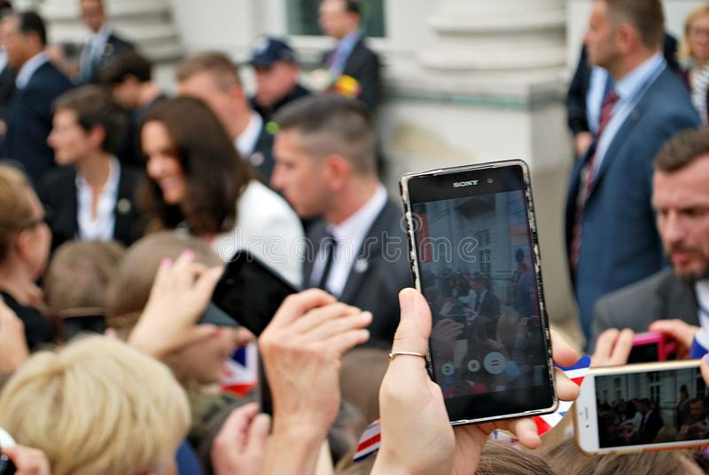 Kate Middleton fra le folle a Varsavia fotografie stock libere da diritti