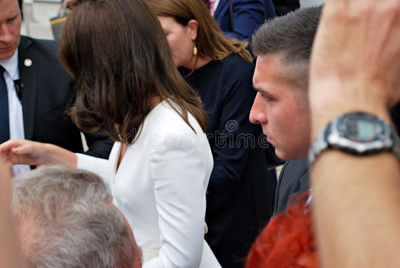 Kate Middleton fra le folle a Varsavia immagini stock