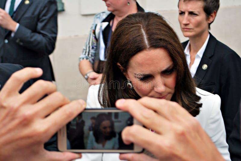 Kate Middleton hälsningfolkmassor i Warszawa royaltyfri fotografi
