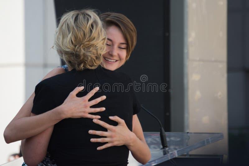 Kate Winslet i Shailene Woodley spacer sława obrazy stock