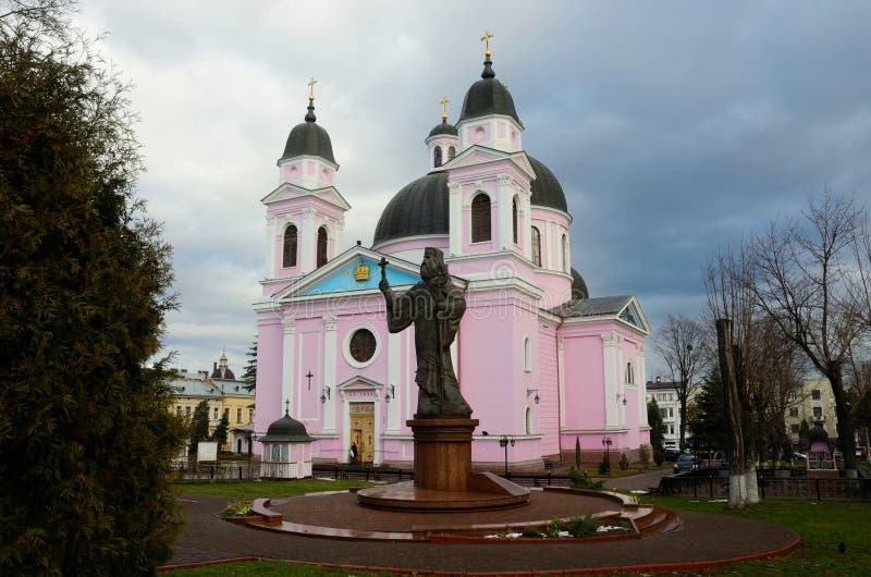 Katedra Święty duch z zabytkiem pierwszy metropolita Bukovyna, Ukraina zdjęcia stock