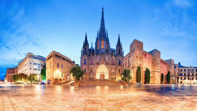 Katedra Barcelona, Gocki miasto przy nocą, panorama fotografia royalty free