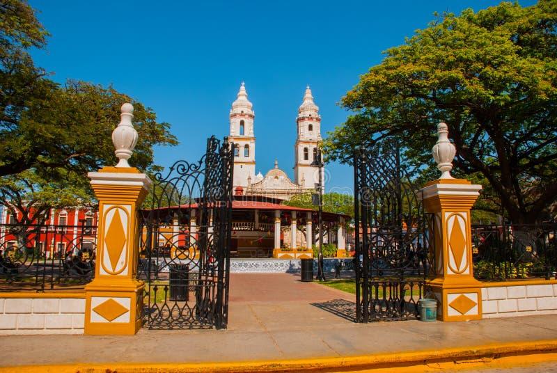 Katedra, Campeche, Meksyk: Plac De Los angeles Independencia w Campeche, Meksyk ` s Stary miasteczko San Fransisco de Campeche zdjęcie royalty free