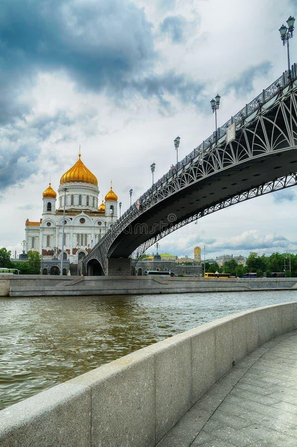 Katedra Chrystus Patriarshy i wybawiciel przerzuca most w Moskwa, Rosja fotografia royalty free