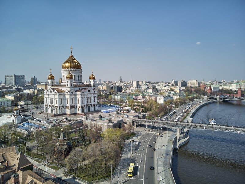 Katedra Chrystus wybawiciel w Moskwa blisko rzeki, Rosja przy noc? Powietrzny trutnia widok obrazy stock
