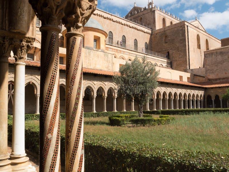 Katedra i drzewo oliwne w Monreale, przyklasztorny zdjęcie stock