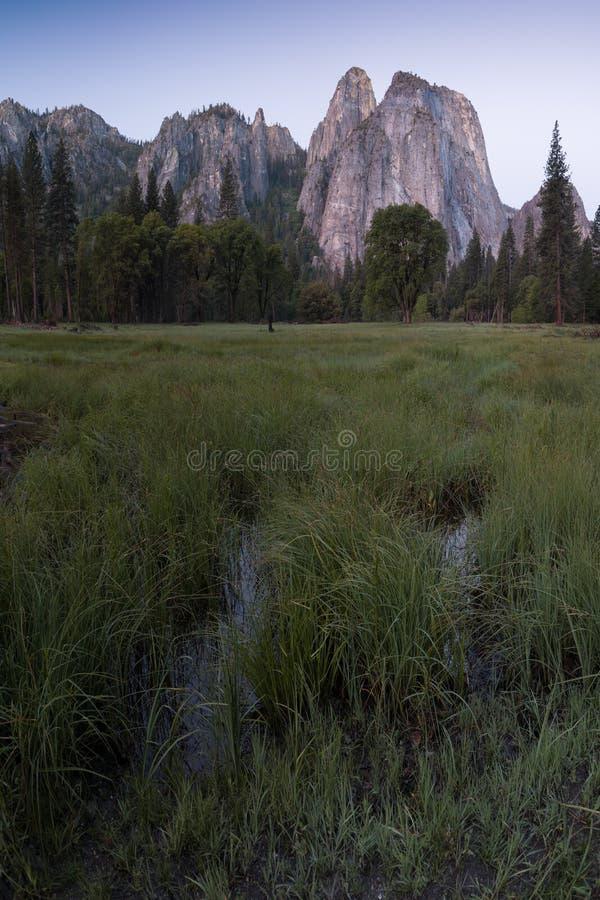 Katedra Kołysa i Katedralne iglicy są wybitnym kolekcją falezy, gurtami i pinaklami lokalizować na Yosemite dolinie, fotografia royalty free