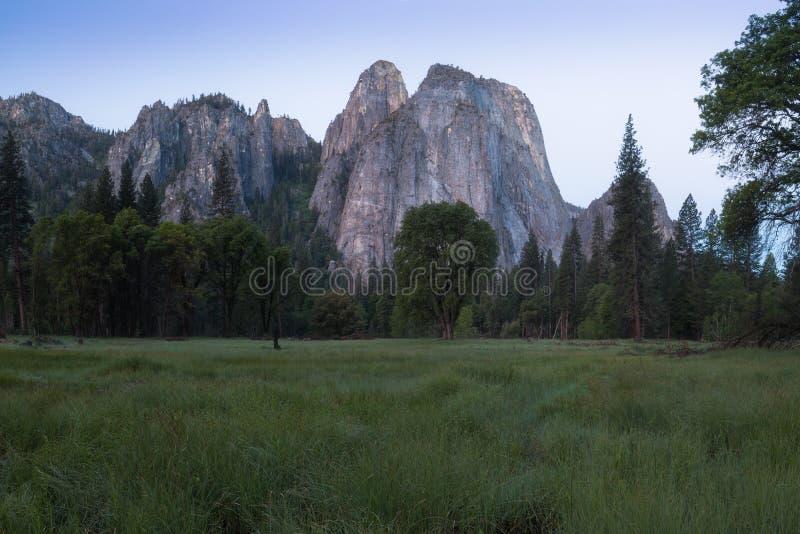 Katedra Kołysa i Katedralne iglicy są wybitnym kolekcją falezy, gurtami i pinaklami lokalizować na Yosemite dolinie, zdjęcie royalty free