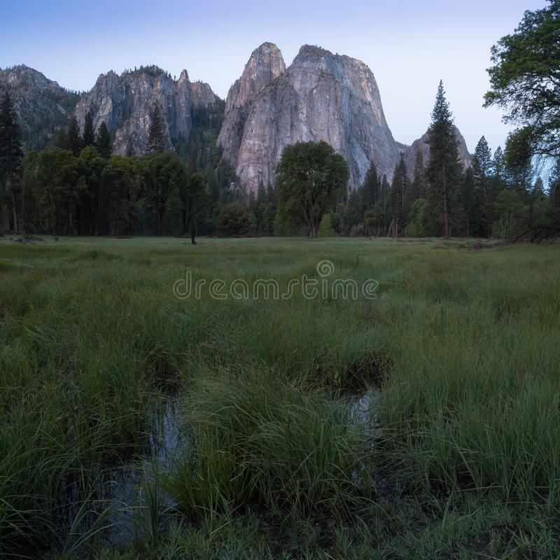 Katedra Kołysa i Katedralne iglicy są wybitnym kolekcją falezy, gurtami i pinaklami lokalizować na Yosemite dolinie, obrazy stock