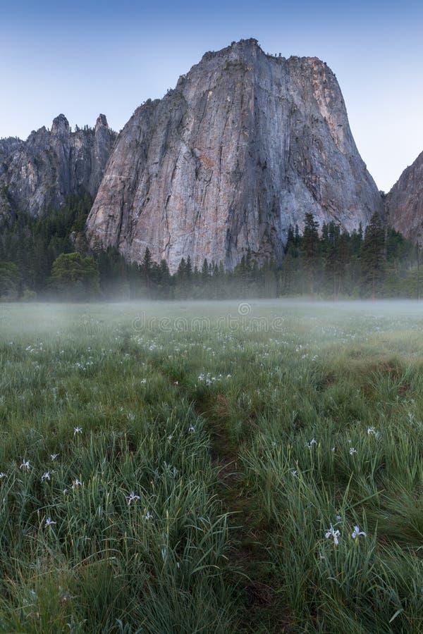 Katedra Kołysa i Katedralne iglicy są wybitnym kolekcją falezy, gurtami i pinaklami lokalizować na Yosemite dolinie, zdjęcia royalty free
