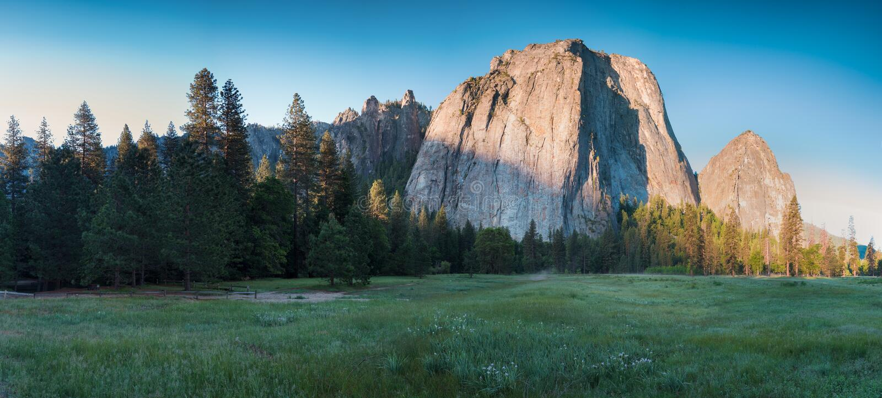Katedra Kołysa i Katedralne iglicy są wybitnym kolekcją falezy, gurtami i pinaklami lokalizować na Yosemite dolinie, fotografia stock