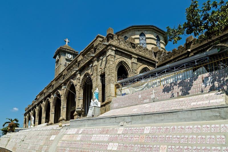 Katedra Nha Trang dekoruje z mnogimi statuami saints zarówno jak i 4.000 nagrobków wspinających się na stronach obrazy royalty free