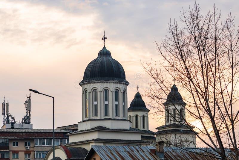 Katedra prawosławna przeciwko zachodniemu niebu Targoviste, Rumunia, 2020 zdjęcia royalty free