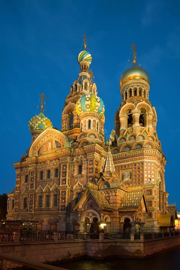 Katedra Rezurekcyjny wybawiciel na Rozlewałam krwi w nocy katedralny Isaac cupola Petersburg Rosji jest święty st zdjęcie stock