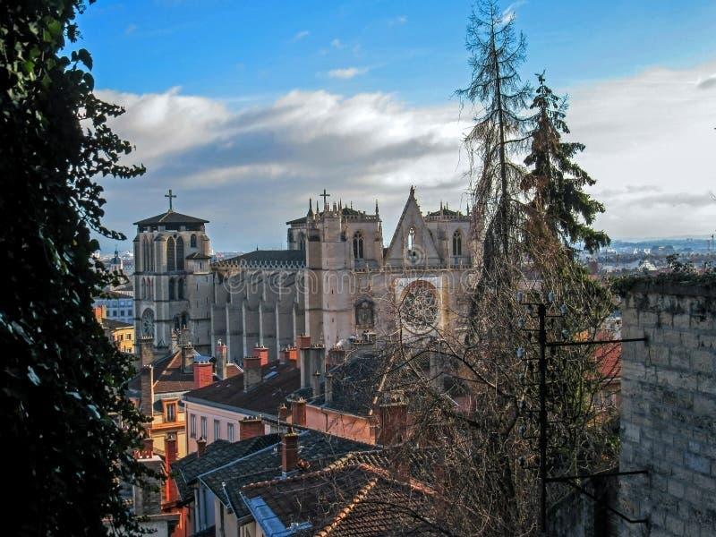 Katedra Saint John baptysta, kościół rzymsko-katolicki i czerwień dachy z kominami, Lion, Francja obraz stock