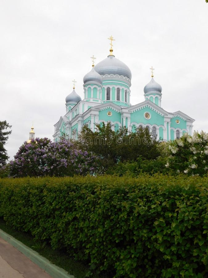 Katedra w wiosna ogródzie na monasteru terytorium obrazy stock