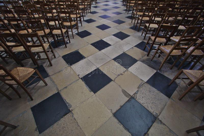 Katedralna aleja z krzesłami obraz stock