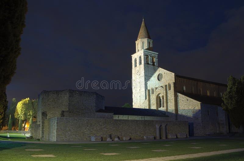 Katedralna bazylika Di Santa Maria Assunta nocą, Aquileia, Friuli, Włochy fotografia stock