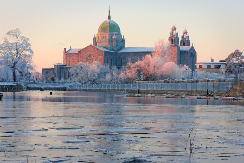 katedry pierwszy świateł słonecznych zima obrazy stock
