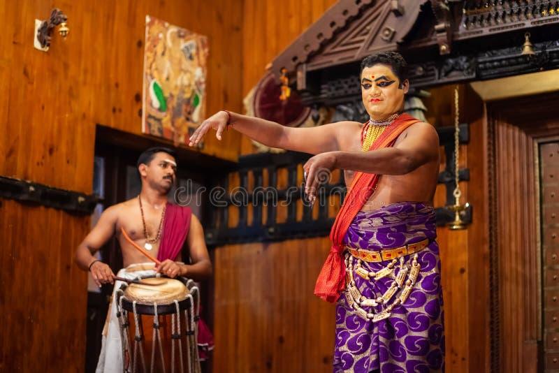 Kathakali tana przedstawienie w Cochin, India obraz royalty free