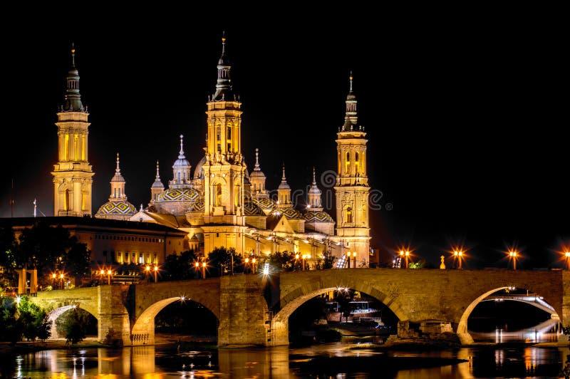 Kathedraal-basiliek van Onze Dame van de Pijler en de Roman brug stock foto's