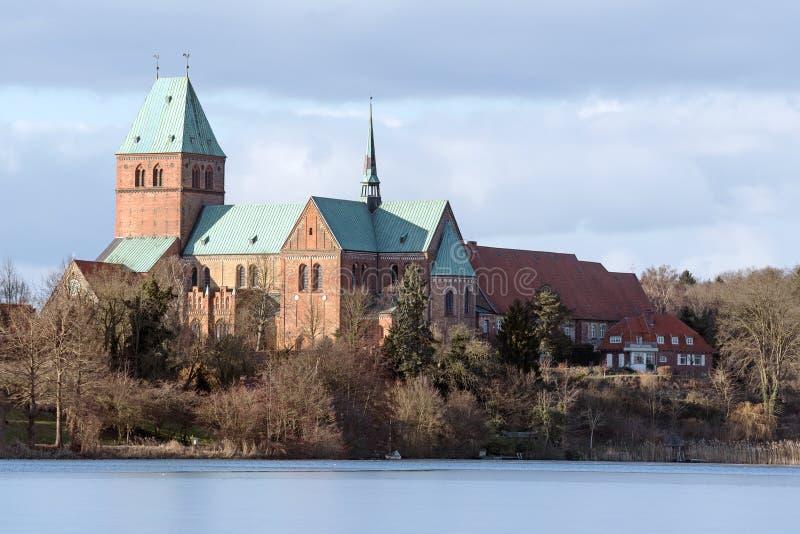 Kathedraal of Dom van Ratzeburg van het Domsee-meer in winte wordt gezien die royalty-vrije stock afbeeldingen