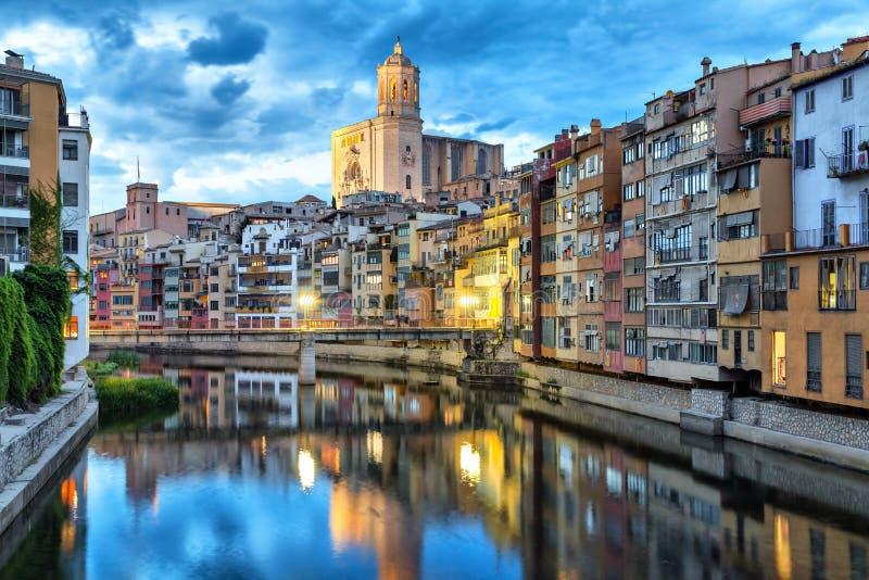 Kathedraal en kleurrijke huizen in Girona stock afbeeldingen