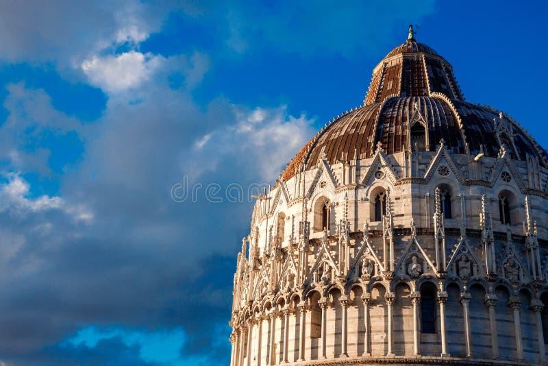 Kathedraal en Leunende Toren in zonnige dag Pisa, Italië stock foto