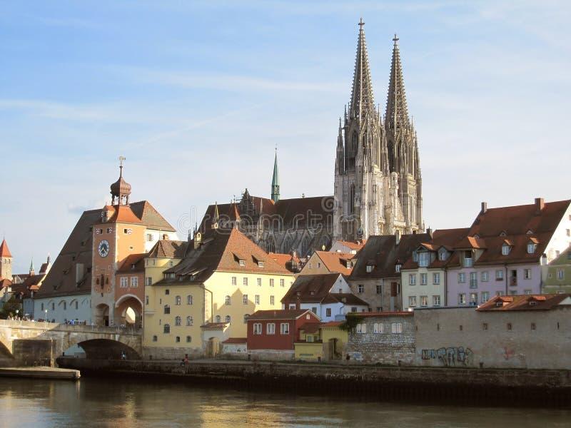 Kathedraal en rivier Donau in Regensburg stock afbeeldingen