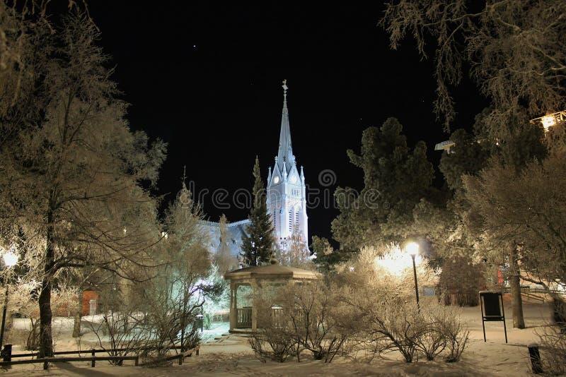 Kathedraal en stadspark in Luleå in de ijzige de winterlagen stock afbeeldingen