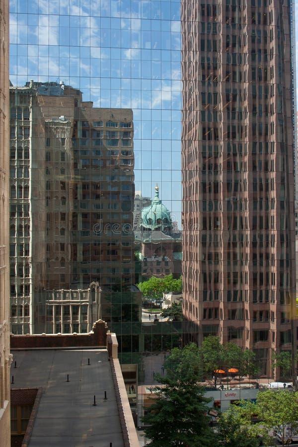 Kathedraal en weerspiegelde bureaugebouwen stock foto's