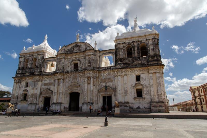 Kathedraal met bewolkte hemel in Leon, Nicaragua stock afbeelding