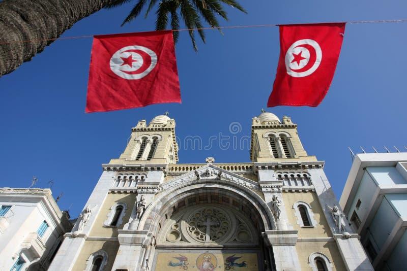 Kathedraal met vlaggen stock fotografie
