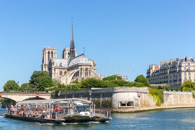 Kathedraal Notre Dame Paris met cruise stock afbeeldingen