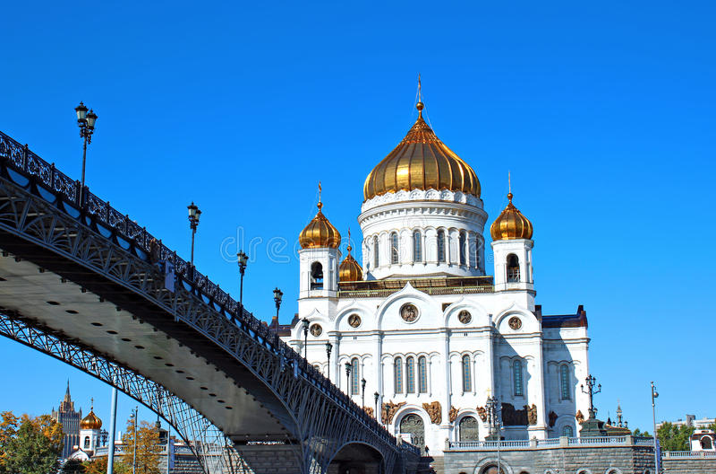 Kathedraal van Christus de Verlosser en de Patriarchale brug in Moskou royalty-vrije stock afbeeldingen