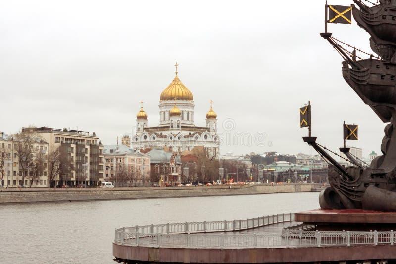 Kathedraal van Christus de Verlosser en het fragment van het monument aan royalty-vrije stock foto