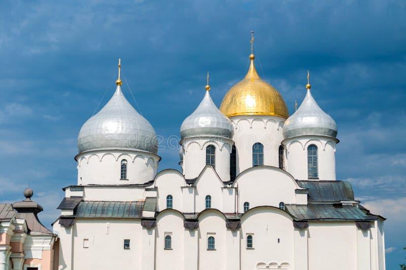 Kathedraal van Heilige Sophia in Veliky Novgorod, Rusland - gedetailleerde close-upmening van koepels royalty-vrije stock afbeelding