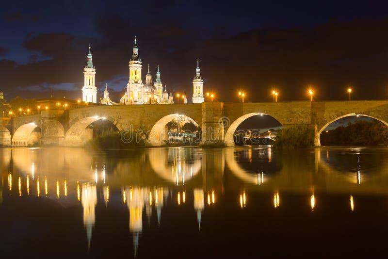 Kathedraal van Onze Dame van de Pijler en de oude brug royalty-vrije stock foto's