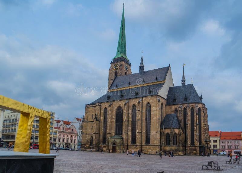 Kathedraal van St Bartholomew in het belangrijkste vierkant van Pilsen Plzen, Tsjechische Republiek stock foto's