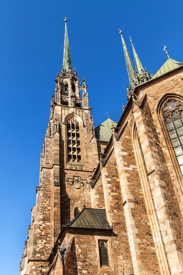 Kathedraal van St Peter en Paul in het centrum van Brno stad - Tsjechische Republiek De klokketoren van het silhouet in Avila, Sp stock foto