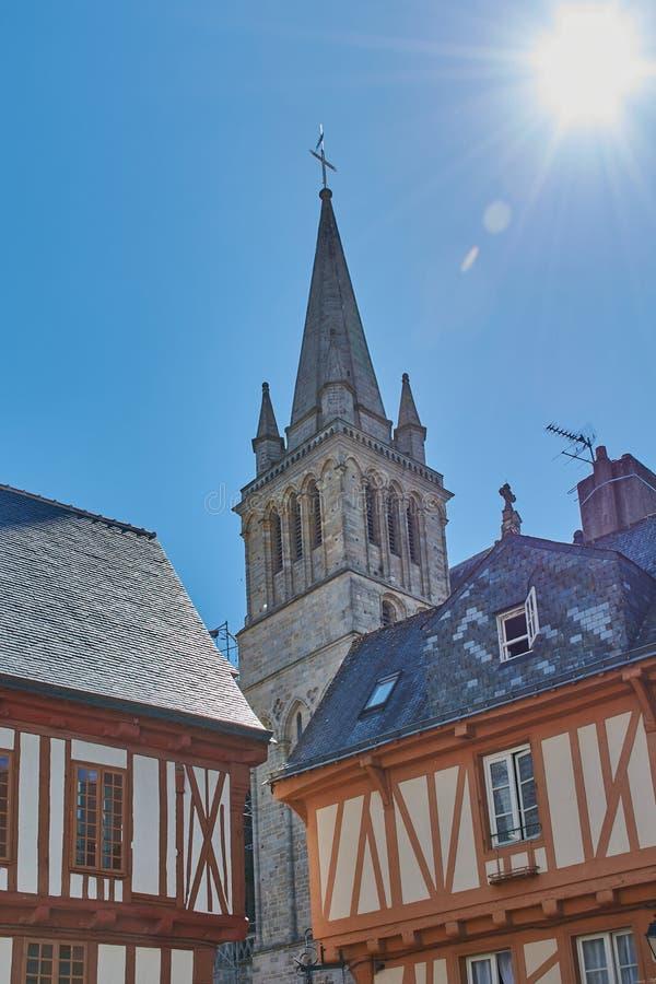 Kathedraal van Vannes tussen helft-betimmerde huizen royalty-vrije stock foto